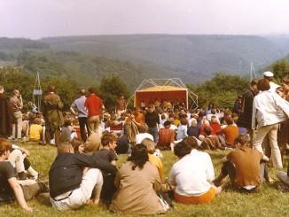 Publikum auf dem Gelände der Burg Waldeck oberhalb des Baybachtals während des Burg Waldeck Festivals 1968